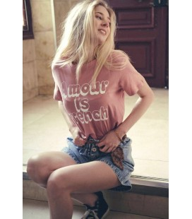 """T-Shirt """"AMOUR IS FRENCH"""" - Beige/Red"""